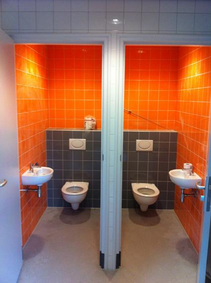 Toiletten oranje en grijs tegelwerk nico looijmans tegelwerkennico looijmans tegelwerken - Deco toilet grijs en wit ...